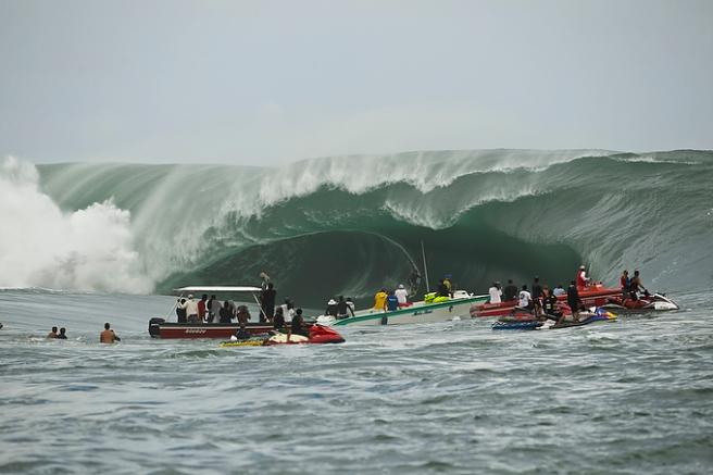 Tow-in surfing Teahupoo Tahiti
